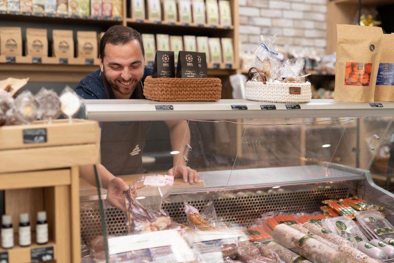 Ponuka mäsa a mäsových výrobkov v predajni potravín Karpatský gazda v Ilave.