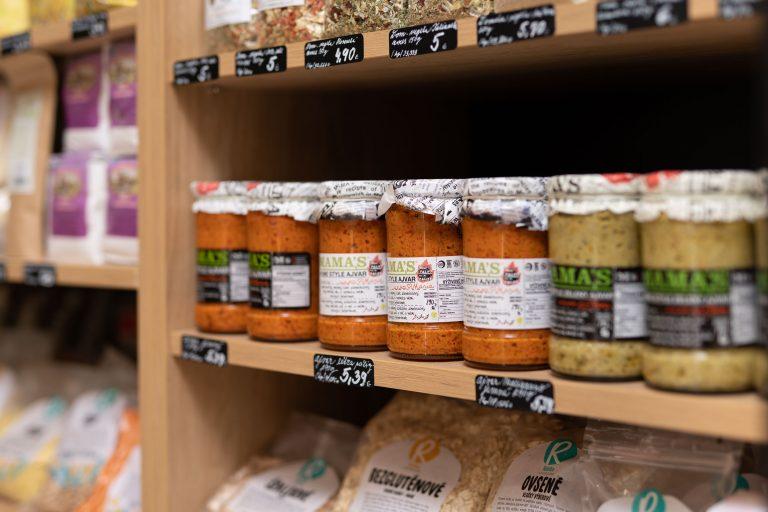 Ponuka regionálnych potravín v predajni Karpatský gazda v Ilave.