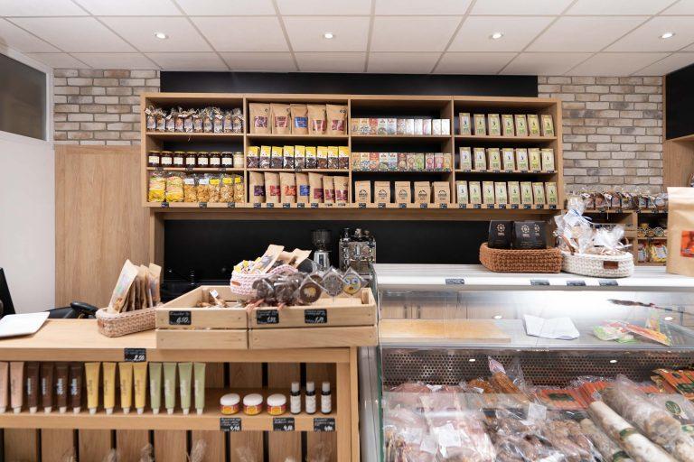 Ponuka čajov, kávy, mäsa a mäsových výrobkov v predajni potravín Karpatský gazda v Ilave.