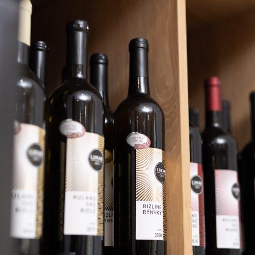 Ponuka slovenských vín v predajni potravín Karpatský gazda v Ilave.